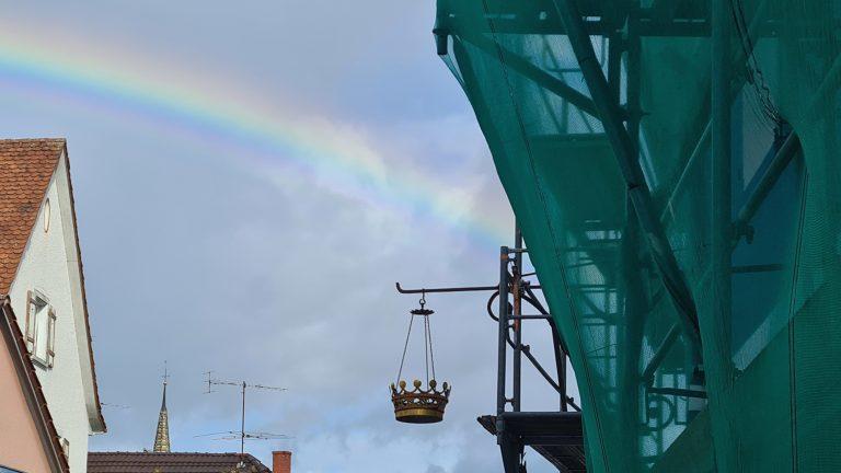 Krone im Regenbogen mit blauem Himmel
